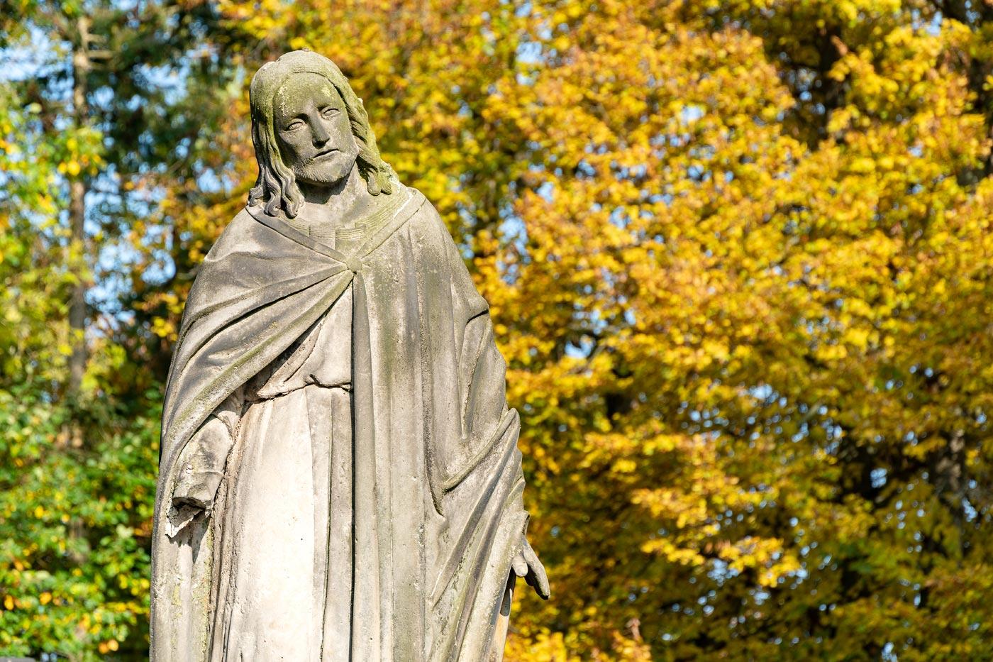 Скульптура Христа на старом кладбище под дворцом Гумпрехт
