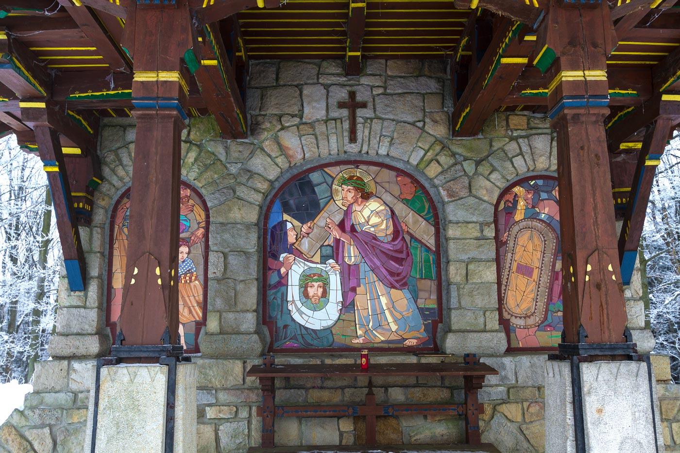 Мозаичный барельеф деревянной часовни крестного пути