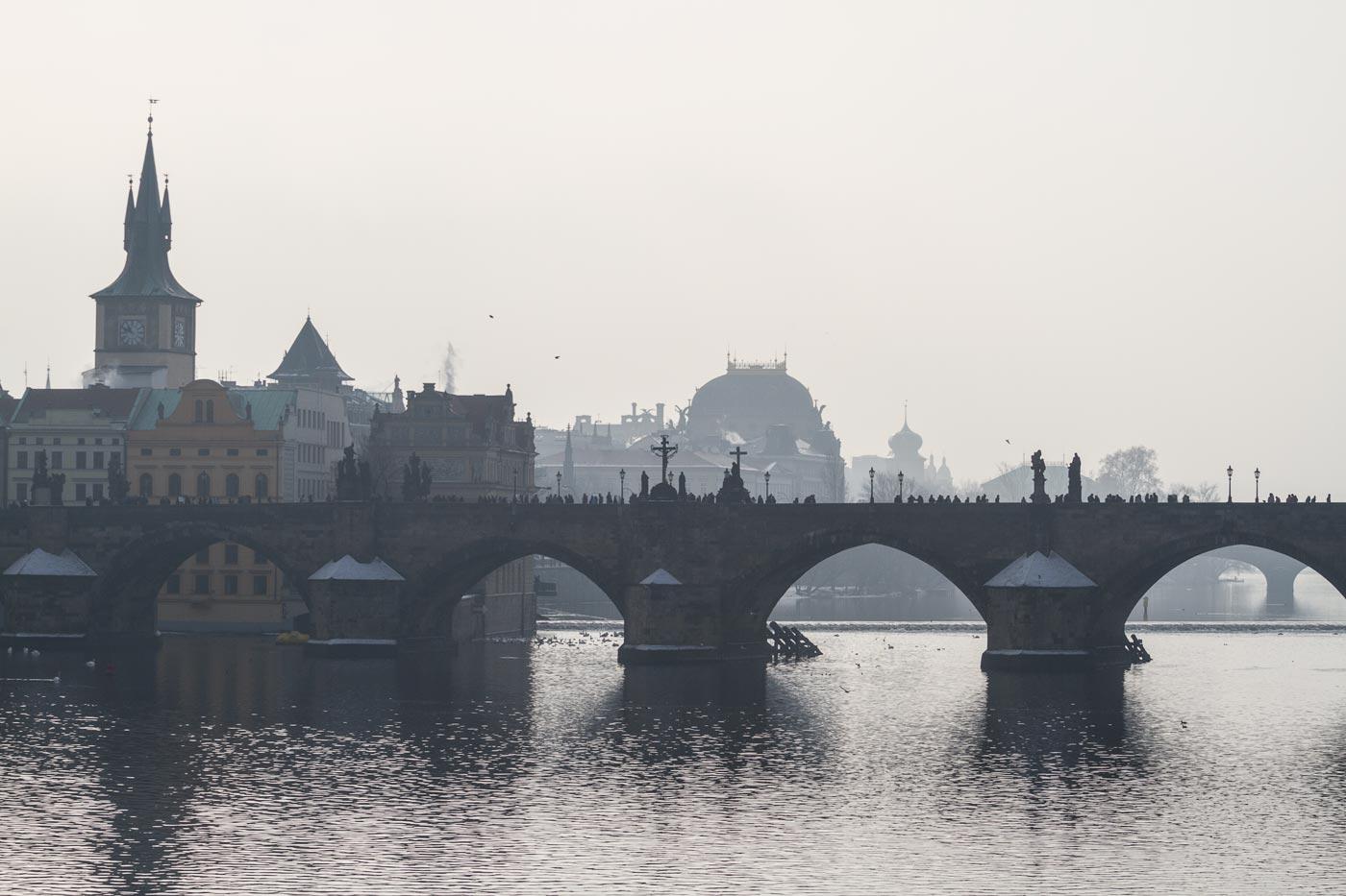 Туманный день на Влтаве, Карлов мост