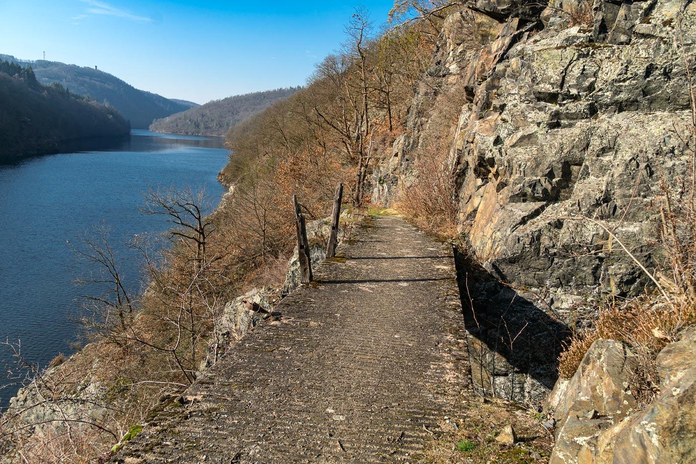 Полуразрушенный мостик на туристической тропе, природная резервация Кобыли драга