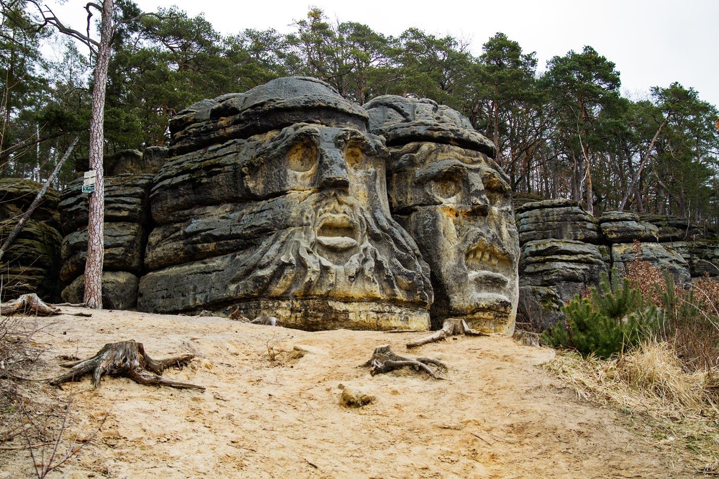 Каменные скульптуры «Чертовы головы» у Мельника