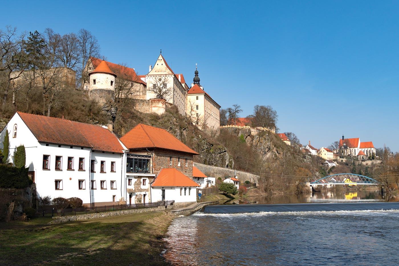 Бехине, замок над рекой Лужнице