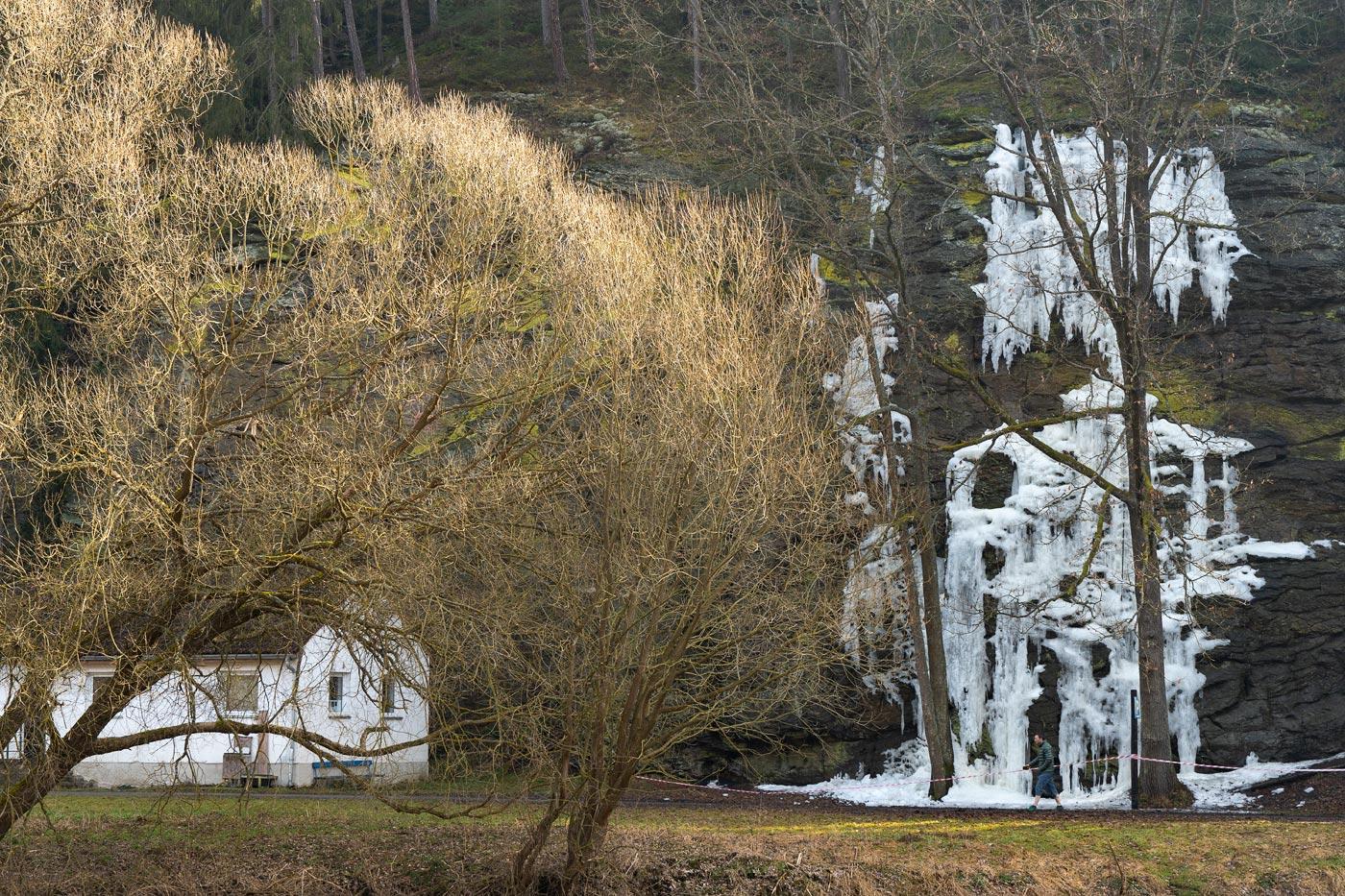 Замерзший водопад у реки Лужнице