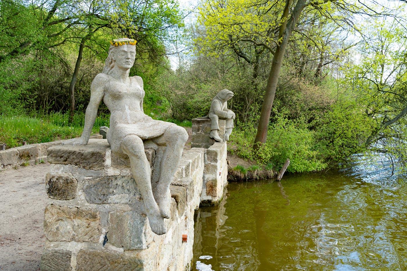 Скульптуры на туристском маршруте у озера Доланы