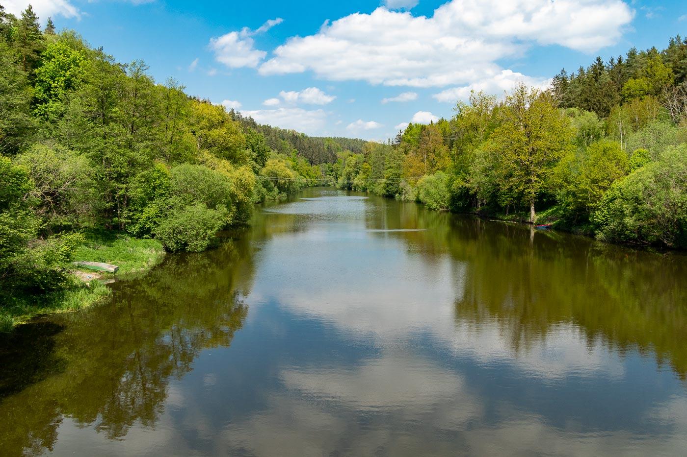 Вид со Стадлецкого моста на реку Лужнице