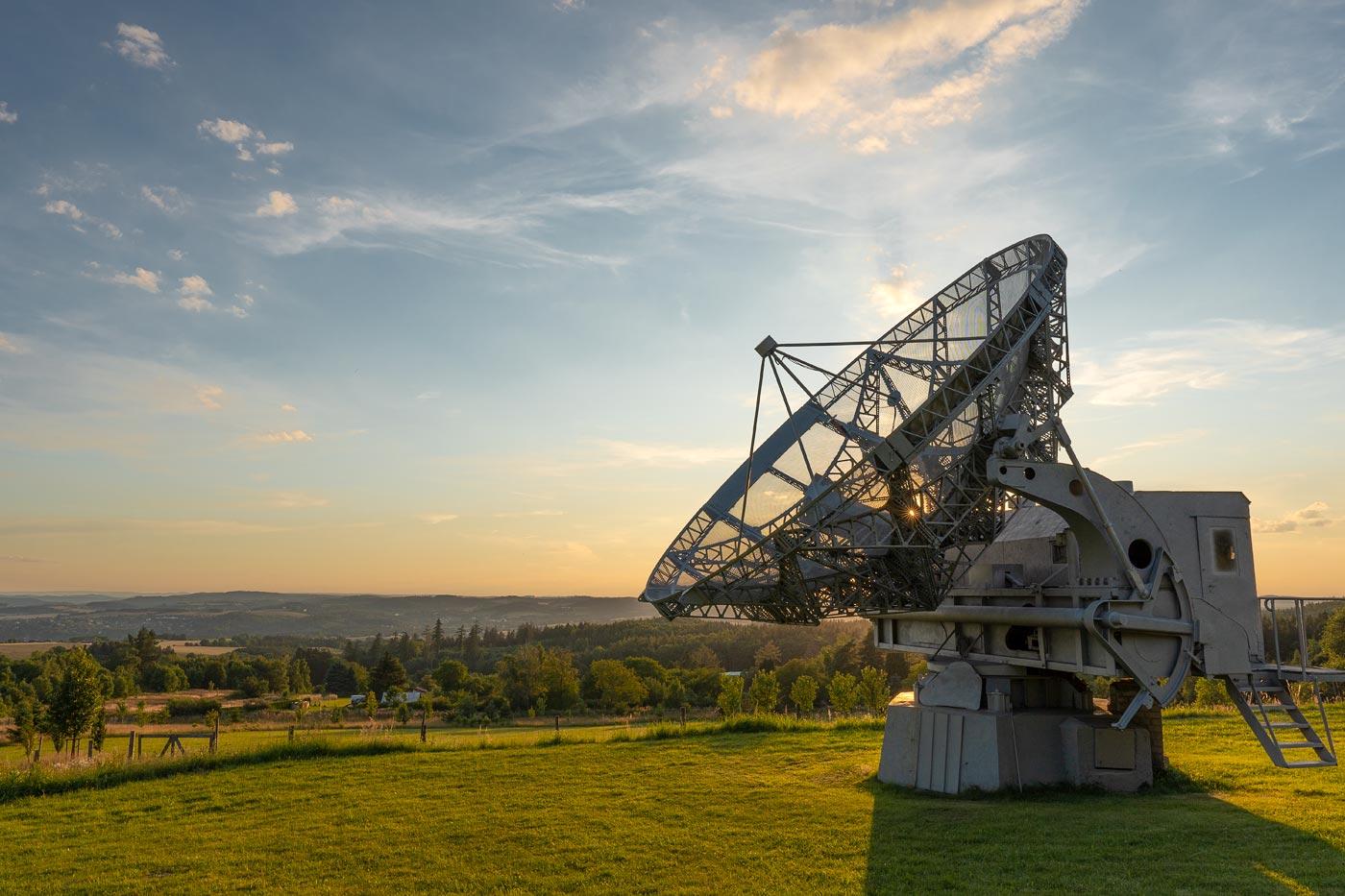 Закатное солнце, радиотелескоп обсерватории в Ондржейове