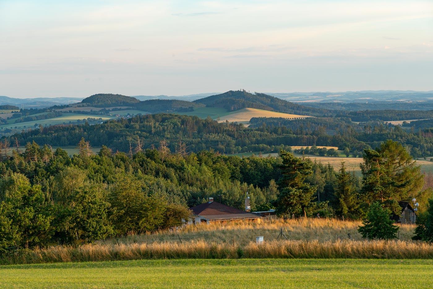 Вид на окрестные холмы от обсерватории в Ондржейове