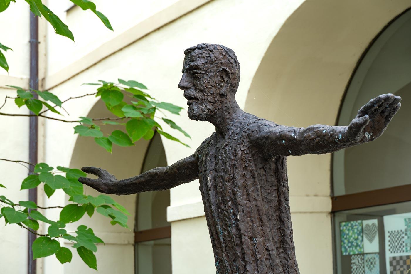 Телч, скульптура во дворике Иезуитского колледжа