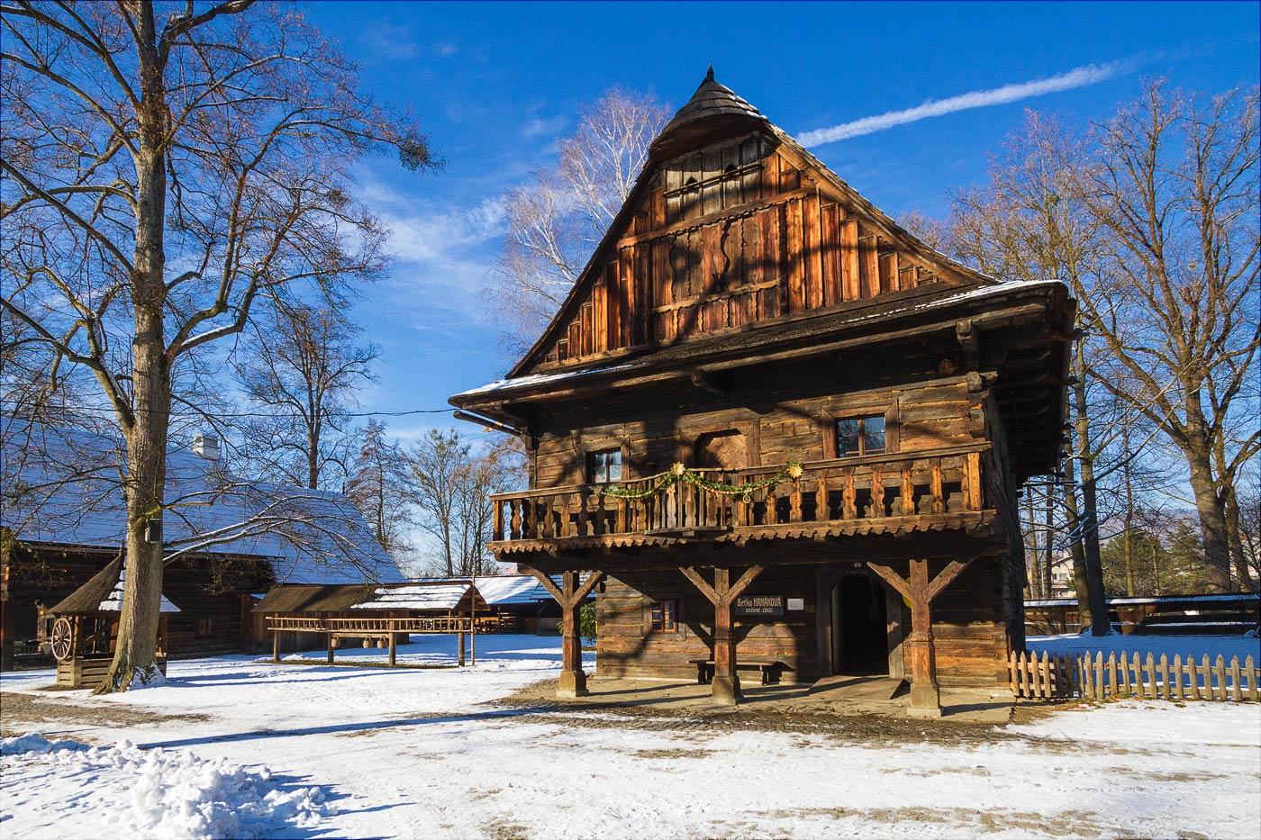 http://countryczech.com/wp-content/uploads/2017/01/photos/20161217-131345_Roznov_pod_Radhostem_skanzen.jpg